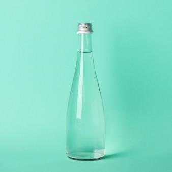 Botella con agua en menta, espacio para texto