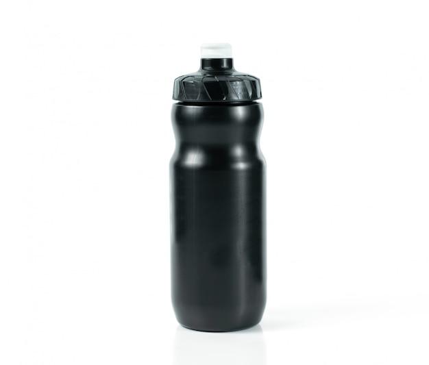 Botella de agua de plástico negro sobre fondo blanco.
