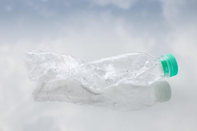 Botella de agua de plástico en el piso