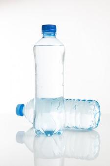 Botella de agua de plástico sobre un fondo blanco.