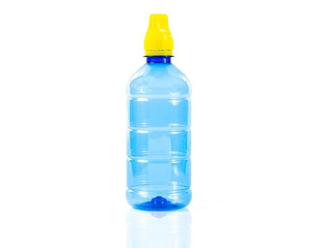 Botella de agua de plástico sobre un fondo blanco. Foto Premium