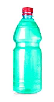 Botella de agua verde aislado en blanco con trazado de recorte