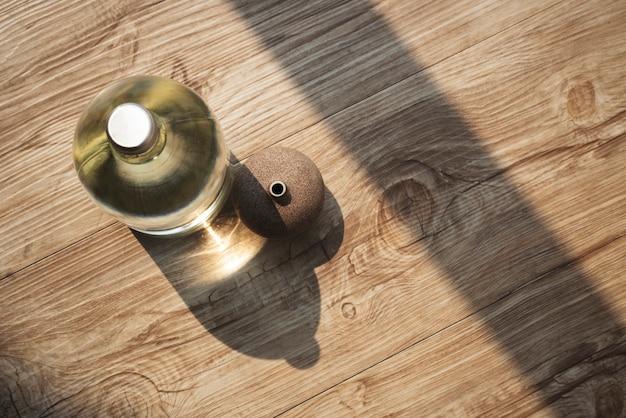 Botella de agua de vidrio en una vista aérea de la mesa de madera