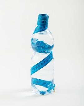 Botella aislada de agua y centímetro azul