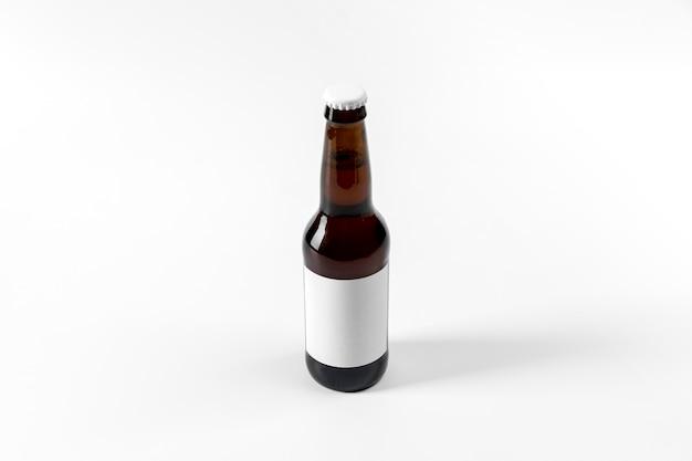 Botella de alcohol de alto ángulo con etiqueta en blanco