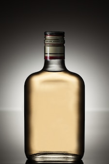 Botella de alcohol llena