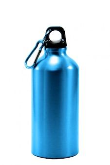 Botella de aluminio con agua aislada.