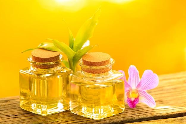 Botella de aroma de aceite esencial o spa en mesa de madera,