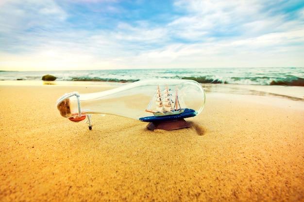 Botella con el barco adentro.