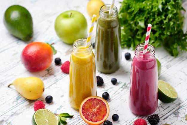 Botella batido de frutas y verduras frescas saludables