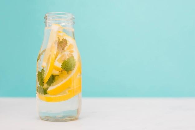Botella de bebida de limón