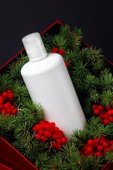 Botella blanca con cosmética orgánica producto de invierno para el cuidado del cabello con ingredientes naturales.
