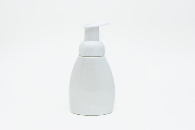 Botella blanca de jabón líquido sobre un blanco