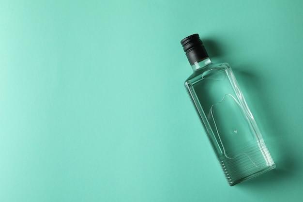 Botella en blanco de vodka en menta