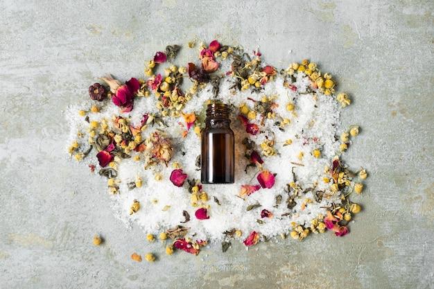 Botella centrada con productos naturales para la piel.