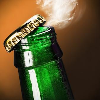 Botella de cerveza abierta