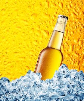 Botella de cerveza amarilla en hielo