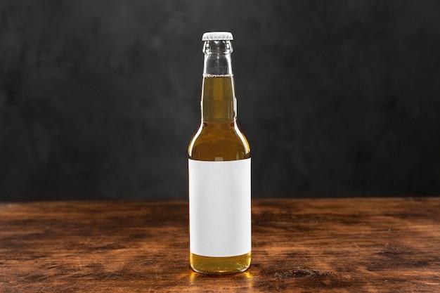Botella de cerveza con etiqueta en blanco