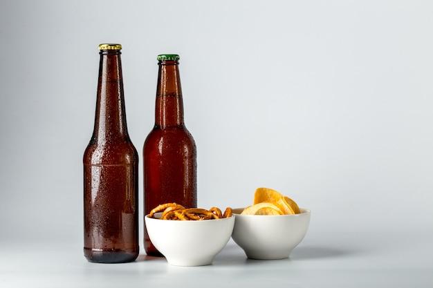 Botella de cerveza y merienda