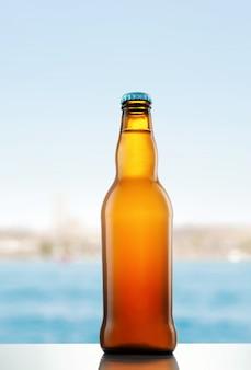 Botella de cerveza en la mesa de madera