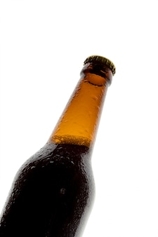 Botella de cerveza sobre fondo blanco.