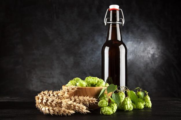 Botella de cerveza sobre fondo oscuro