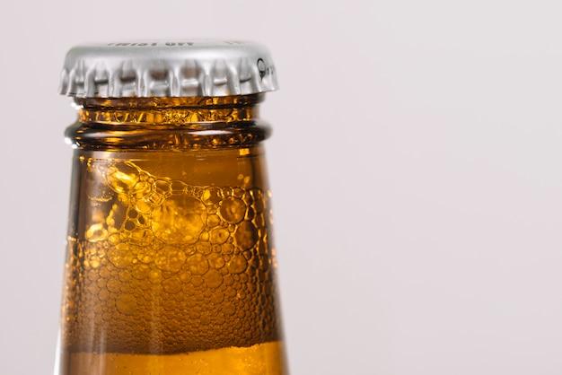 Botella de cerveza con tapa