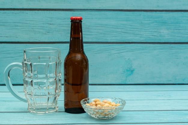 Botella de cerveza con vaso para cerveza