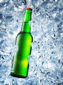 Botella de cerveza verde con gotas