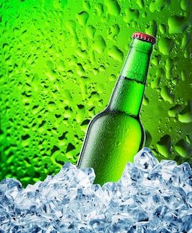Botella de cerveza verde en hielo