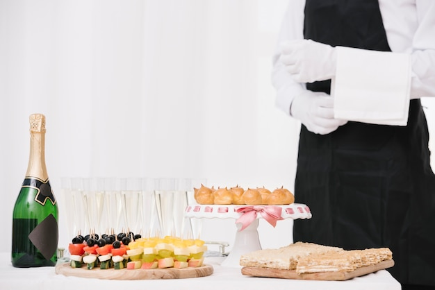 Botella de champagne con comida en una mesa