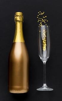 Botella de champagne con copa