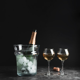 Botella de champagne con copas sobre la mesa