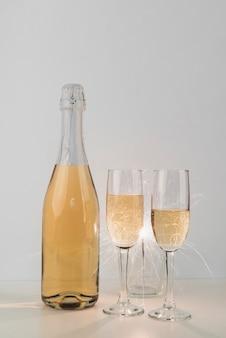 Botella de champagne con copas