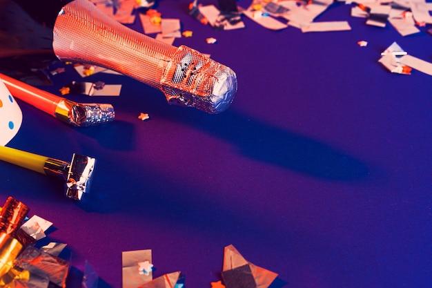 Botella de champagne en un copyspace púrpura. concepto de fiesta