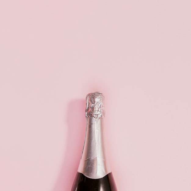 Botella de champagne con corcho plateado en año nuevo