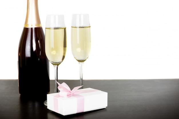 Botella de champagne y dos copas.