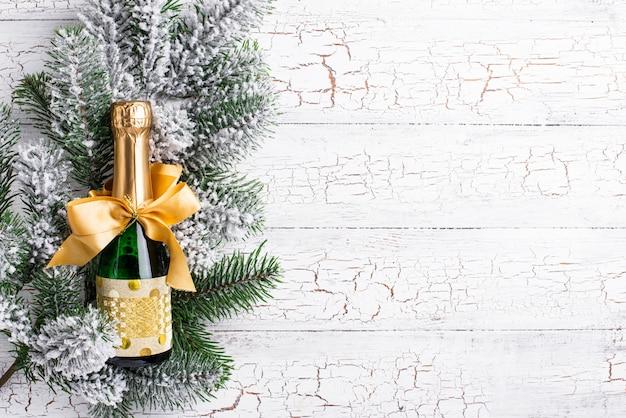 Botella de champagne en una envoltura de oro.