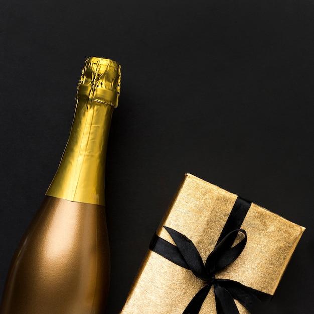 Botella de champagne con regalo