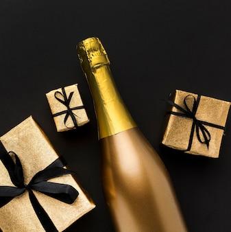 Botella de champagne con regalos