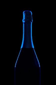 Botella de champagne sobre fondo negro oscuro de cerca