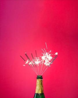 Botella de champán con bengalas