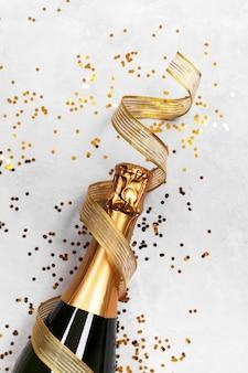 Botella de champán y confeti