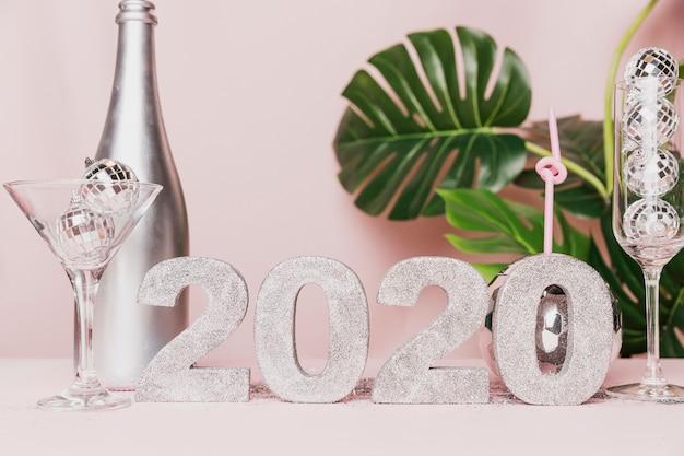 Botella de champán y copa de año nuevo