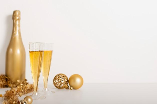 Botella de champán y copas con espacio de copia
