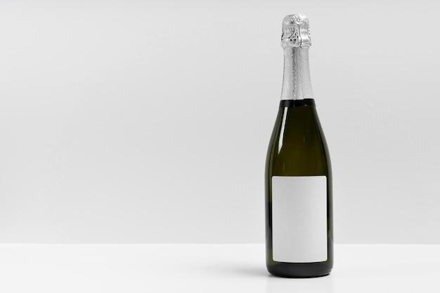 Botella de champán con fondo blanco.