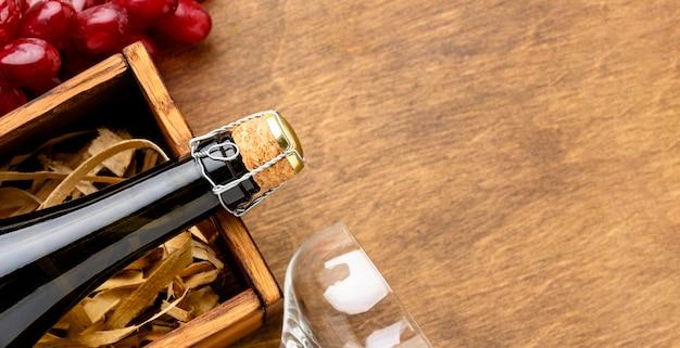 Botella de champán de primer plano y vaso con espacio de copia