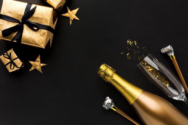 Botella de champán con regalo para fiesta de cumpleaños