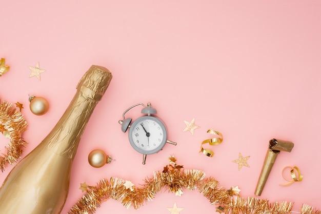 Botella de champán con reloj despertador y espacio de copia