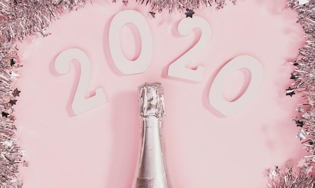 Botella de champaña sin abrir con marco de oropel